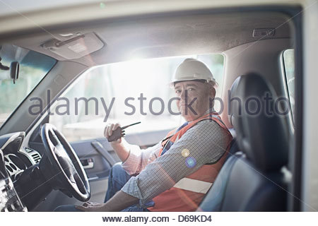 Businessman using walkie talkie dans... Banque D'Images