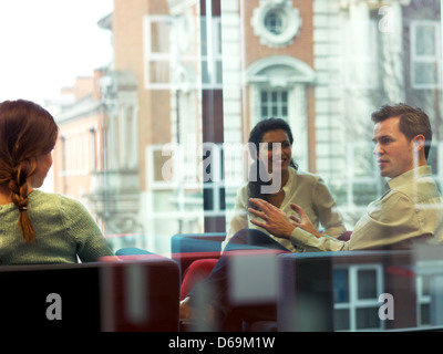 Business people talking in office lobby Banque D'Images