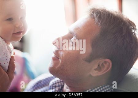 Père holding baby daughter Banque D'Images