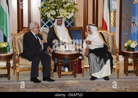 Le Koweït. Le 15 avril 2013. Le président palestinien Mahmoud Abbas (Abou Mazen), donne à l'Emir du Koweït, cheikh Banque D'Images