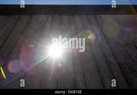 Le soleil brille à travers un ensemble dans le mur de Berlin à la rue Bernauer à mémorial du mur de Berlin, Allemagne, Banque D'Images