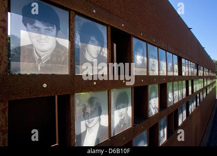 Le soleil brille à travers la transparence des photos au site mémorial du mur rue Bernauer à Berlin, Allemagne, Banque D'Images