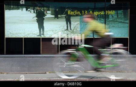 Un cycliste va au delà du mur de la rue Bernauer site mémorial à Berlin, Allemagne, 13 août 2012. Le régime communiste Banque D'Images