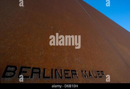 """Les mots """"Berliner Mauer"""" (""""Mur de Berlin"""") sont illustrés au mémorial du mur de la rue Bernauer au site à Berlin, Banque D'Images"""