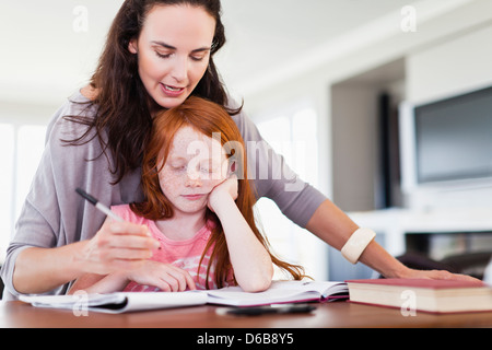 Mother helping daughter with Homework Banque D'Images
