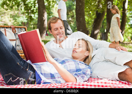 Couple relaxing in park Banque D'Images