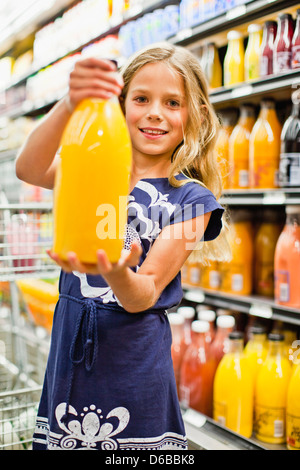 Girl shopping in grocery store Banque D'Images