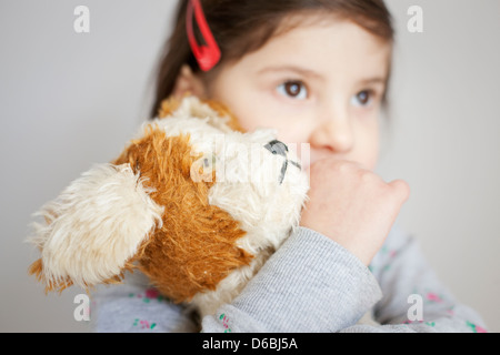 Girl hugging teddy bear Banque D'Images