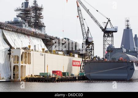 Les navires de la marine des États-Unis en réparation dans les chantiers navals de BAE Systems à Norfolk, en Virginie Banque D'Images