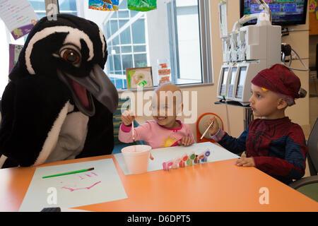 Long Beach, CA. Le 16 avril 2013. 5 ans, Lily Williams et 3 ans Miguel Ochoa peindre des tableaux avec Marie le Banque D'Images