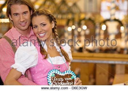 Jeune couple en costume traditionnel bavarois l'Oktoberfest Munich Allemagne Banque D'Images