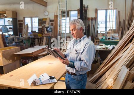 Artisan travaillant en studio hispanique