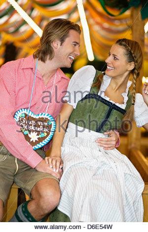 Young couple flirting la bière Oktoberfest Munich Allemagne Banque D'Images