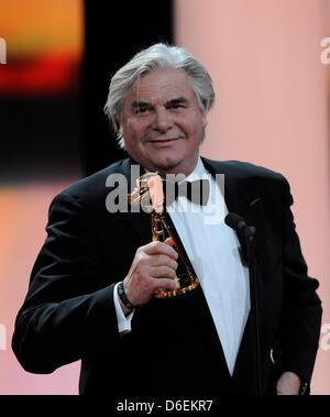 """L'acteur allemand Peter Simonischek détient le trophée pour la catégorie """"Meilleure actrice allemande' lors de la 47e cérémonie de remise des prix de la caméra d'or à Berlin, Allemagne, 4 février 2012. Le prix honore les réalisations exceptionnelles dans la télévision, le cinéma, et de divertissement. Nina Kunzendorf, qui a reçu la meilleure actrice allemande ne pouvait pas prendre part à la suite d'une maladie. Photo: Maurizio Gambarini dpa/lbn +++(c"""