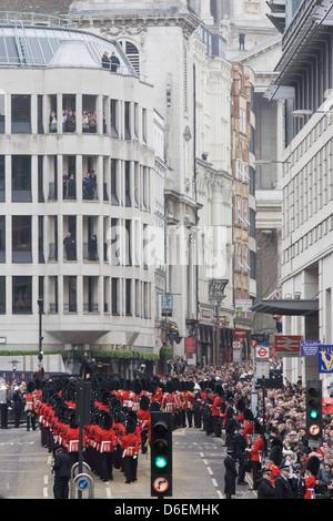 Mars gardes jusqu'Ludgate Hill avant les funérailles de Margaret Thatcher. Drapé de l'union flag et monté sur un Banque D'Images