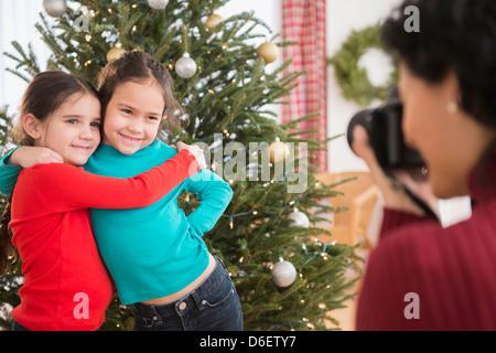 Mère de prendre photo de filles by Christmas Tree Banque D'Images