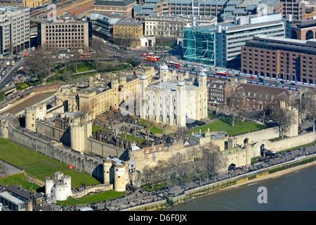 Vue aérienne d'en haut sur la Tour de Londres et de la Tour Blanche à côté de la Tamise vue depuis le gratte-ciel Banque D'Images
