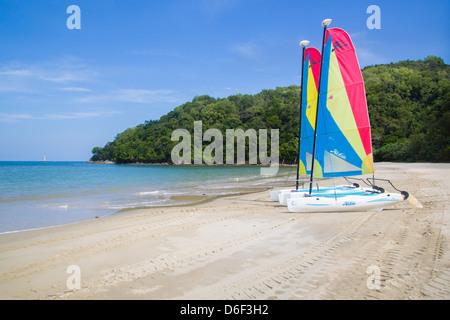 Dériveurs Hobie sur Rasa Ria beach près de Kota Kinabalu à Sabah Bornéo