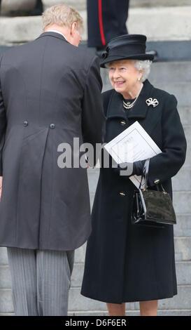 Londres, Royaume-Uni. 17 avril, 2013. La Reine greats mark Thatcher à ses funérailles les mères à la Cathédrale St Paul, au centre de Londres. Dignitaires du monde entier s'est joint à la reine Elizabeth II et le Prince Philip, duc d'Édimbourg, le Royaume-Uni rend hommage à l'ex-premier ministre Thatcher Baroness Thatcher durant une cérémonie de funérailles avec les honneurs militaires à la Cathédrale St Paul. Lady Thatcher, qui est mort la semaine dernière, a été la première femme Premier ministre britannique et a servi de 1979 à 1990. Banque D'Images
