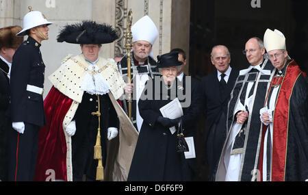 Londres, Royaume-Uni. 17 avril, 2013. La Reine quitte la cathédrale de St Paul, après les funérailles de Margaret Thatcher, au centre de Londres. Dignitaires du monde entier s'est joint à la reine Elizabeth II et le Prince Philip, duc d'Édimbourg, le Royaume-Uni rend hommage à l'ex-premier ministre Thatcher Baroness Thatcher durant une cérémonie de funérailles avec les honneurs militaires à la Cathédrale St Paul. Lady Thatcher, qui est mort la semaine dernière, a été la première femme Premier ministre britannique et a servi de 1979 à 1990. Banque D'Images