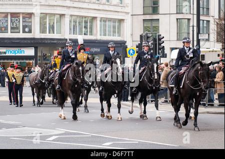 Aldwych London Strand la baronne Margaret Maggie Thatcher cortège funèbre parade de troupes du roi Police Royal Banque D'Images