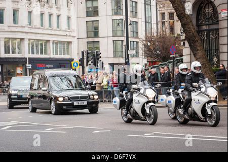 La Baronne Margaret Aldwych London Maggie Thatcher cortège funèbre parade corbillard cercueil Metropolitan Police Banque D'Images