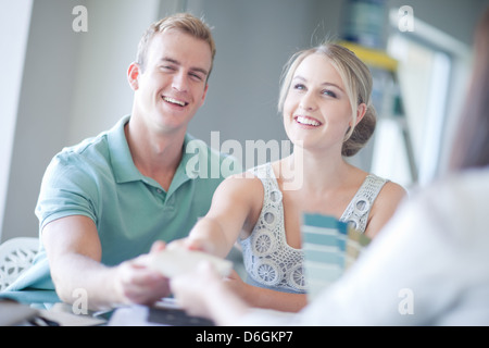 Couple looking at paint swatches Banque D'Images