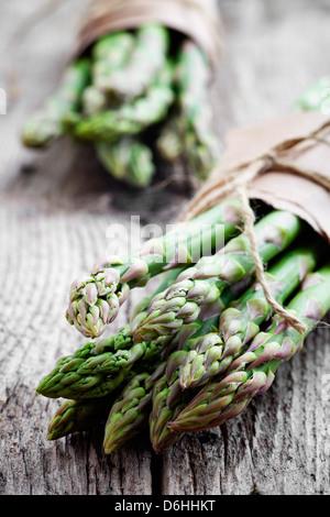 Bande d'asperges fraîches sur la table en bois Banque D'Images