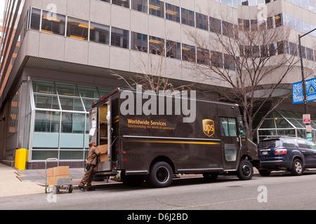 Déchargement de colis UPS man camion de livraison - Washington, DC USA Banque D'Images