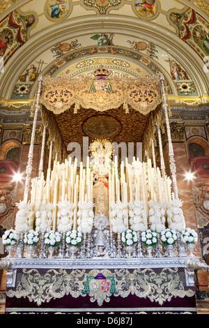 Flotteur (PASOS) de la Vierge Marie réalisée pendant la Semana Santa (Semaine Sainte), Séville, Andalousie, Espagne, Banque D'Images