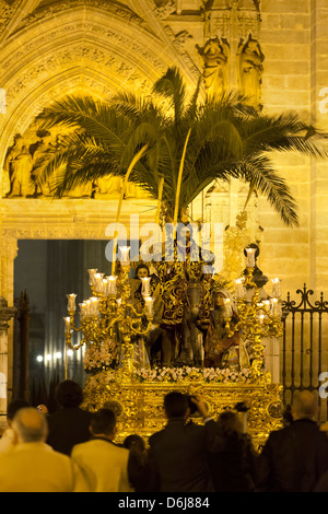 Semana Santa (Semaine Sainte) flotter avec l'image du Christ à l'extérieur de la cathédrale de Séville, Séville, Banque D'Images