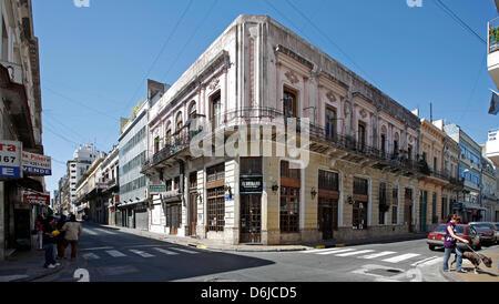 (Dossier) - Une archive photo, datée du 16 novembre 2008, montre les piétons qui se promènent dans les rues du quartier Banque D'Images