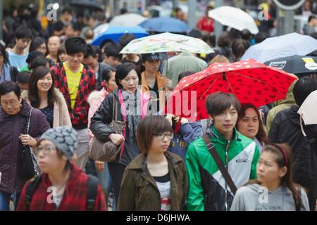 Les foules à Street, Mongkok, Hong Kong, Chine, Asie Banque D'Images