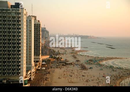 Vue sur les toits et les plages de Tel Aviv, Israël, Moyen Orient Banque D'Images