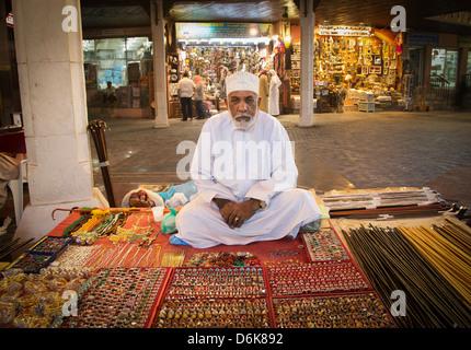 Marchand dans le souk, Muscat Muscat, Oman, Middle East Banque D'Images