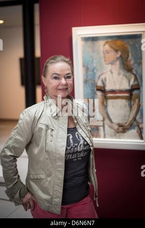 Berlin, Allemagne, l'ancienne patineuse artistique Gabriele Seyfert avec un portrait peint par Bert Heller Banque D'Images