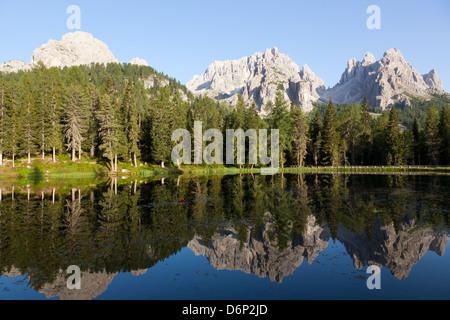 Réflexions au coucher du soleil sur le lac de Misurina, Antorno, Tre Cime di Lavaredo, Belluno, Dolomites, Italie, Banque D'Images