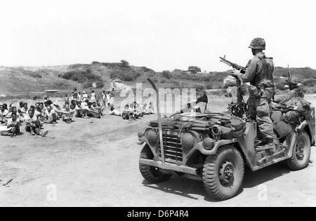 Marines américains capturés garde membre de l'Armée révolutionnaire des peuples au cours de l'invasion de la Grenade, Banque D'Images