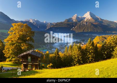 Aperçu de Berchtesgaden en automne avec la montagne Watzmann en arrière-plan, Berchtesgaden, Bavaria, Germany, Europe Banque D'Images