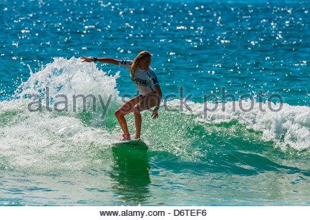 Femme pro surfer en compétition dans les finales de l'Open d'Australie de surf, plage de Manly, Sydney, New South Banque D'Images