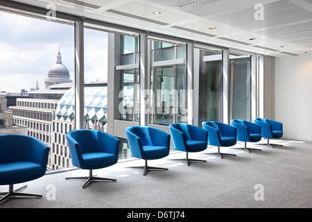 Chaises turquoise de ligne de vue sur la ville Banque D'Images