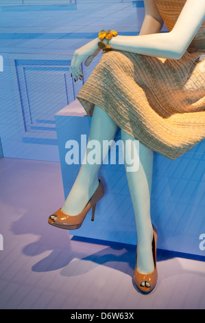 Les jambes de Female mannequin dans une vitrine. Banque D'Images
