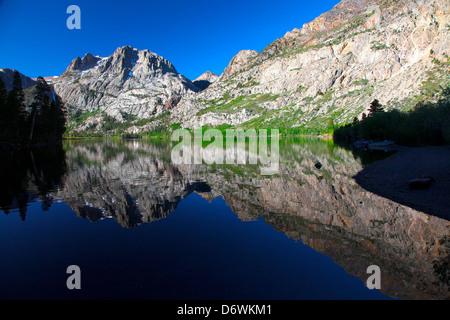 États-unis, Californie, la Sierra Nevada, Carson Peak reflète dans Silver Lake Banque D'Images