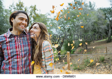 Young couple standing in park Banque D'Images