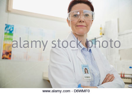 Portrait of female technologue de laboratoire standing with arms crossed in lab Banque D'Images