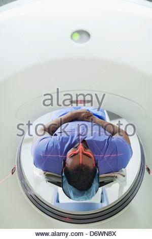 Mid adult male patient passant par CT scan Banque D'Images