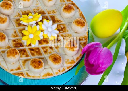 Gâteau de Pâques traditionnel décoré de fleurs en massepain. Banque D'Images