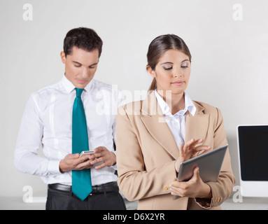 Deux affaires contrôle de l'échange de données entre PC et smartphone tablette Banque D'Images