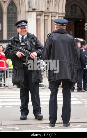 Aldwych London Strand la baronne Margaret Maggie Thatcher cortège funèbre parade de la police armée chat machine Banque D'Images