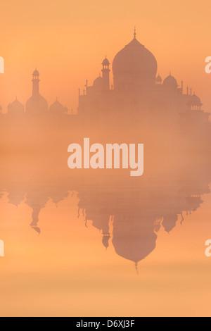 Skyline de Taj Mahal au lever du soleil, Agra, Uttar Pradesh, Inde Banque D'Images